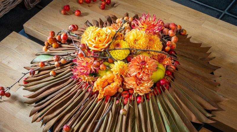 Fleur Creatief: Fleur florist Geert Pattyn maakt een mooi bloemstuk voor de herfst, met sierlijke malustakken en sierappels. Probeer deze DIY zelf met de duidelijke stap-voor-stap omschrijving.